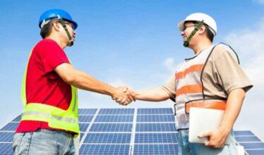 Dentre as vagas de emprego disponíveis no setor de energia solar com processo seletivo aberto temos: eletricista, instalador de placas e auxiliar de projetos