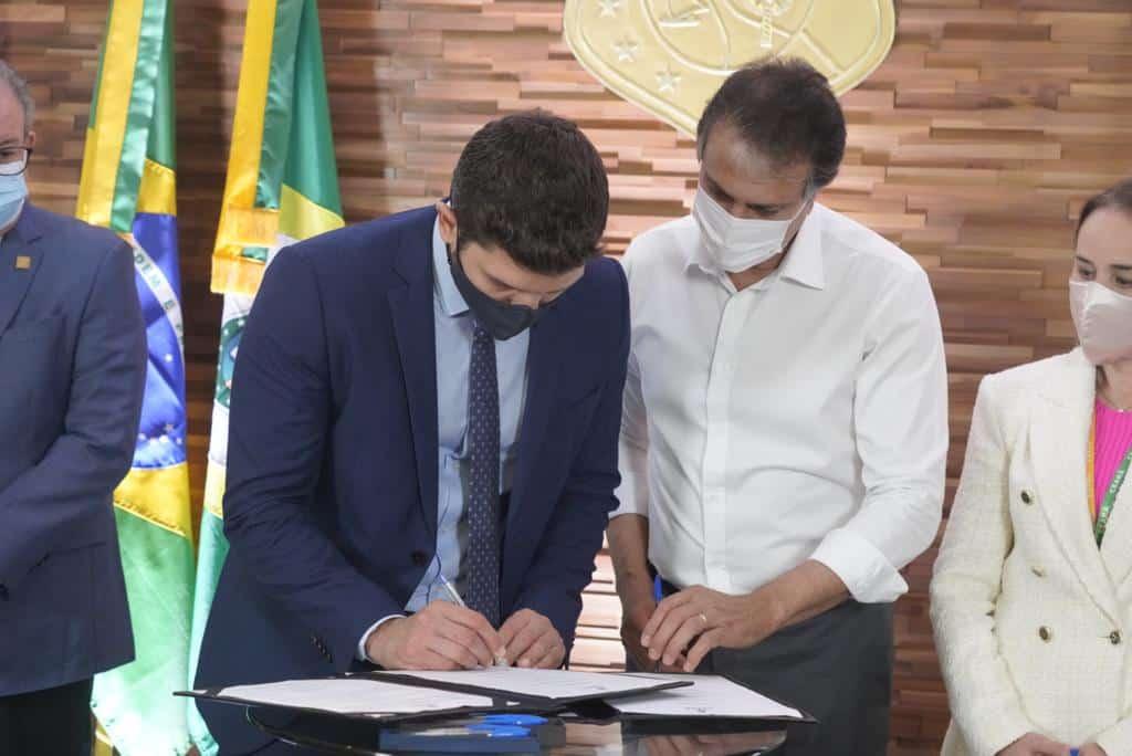 Acordo assinado entre o Governo do Ceará e a Neoenergia para desenvolver transporte público com Energia Renovável. Fonte: Ascom Casa Civil